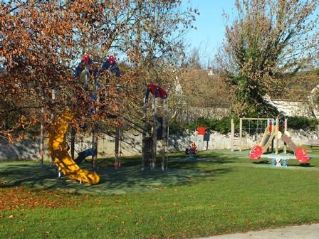 Aire de jeux située dans les jardins de l'Espace Montanglos